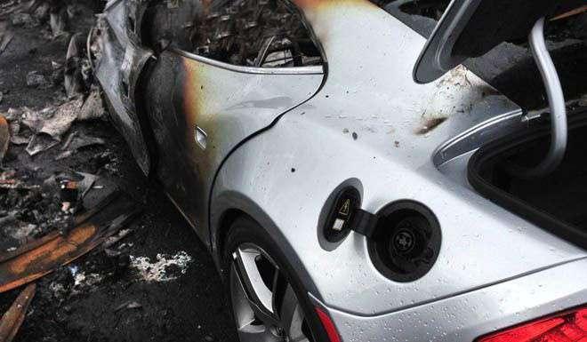 16 суперкарів Fisker Karma згоріли дотла (4 фото)