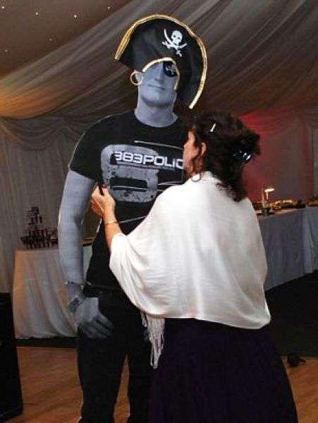 Не зміг приїхати на весілля сестри (7 фото)