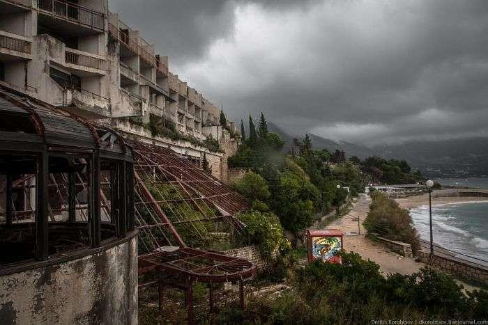 Покинутий курортний комплекс на узбережжі Хорватії (25 фото)