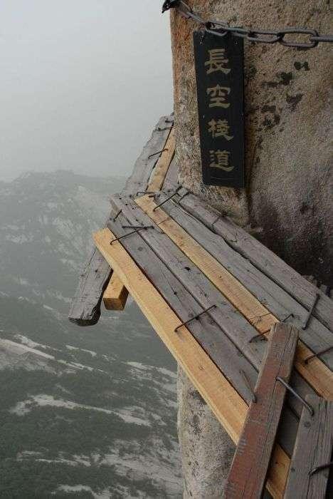 Моторошна стежка на горі Хуашань в Китаї (30 фото)