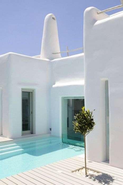 Білосніжний будинок на березі океану (26 фото)