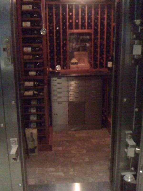 Незвичайне сховище для дуже дорогого вина (5 фото)