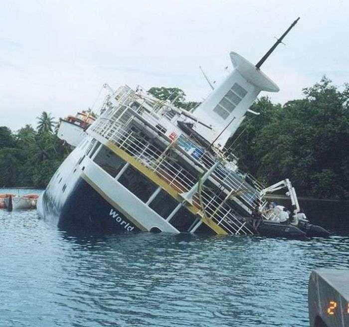 Кинутий на поталу круїзний лайнер (15 фото)