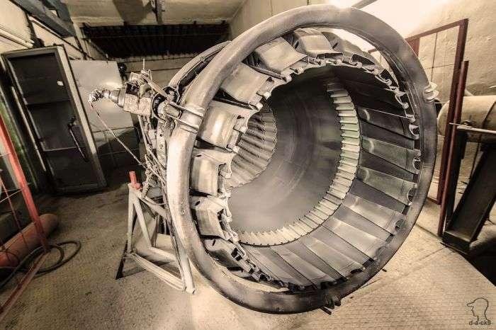 Покинутий випробувальний цех авіаційних двигунів (35 фото)