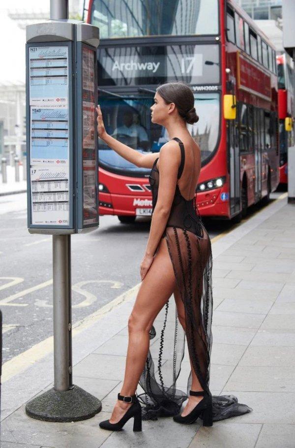 Смелый эксперимент: прогуляться по центру Лондона в прозрачном платье Всячина