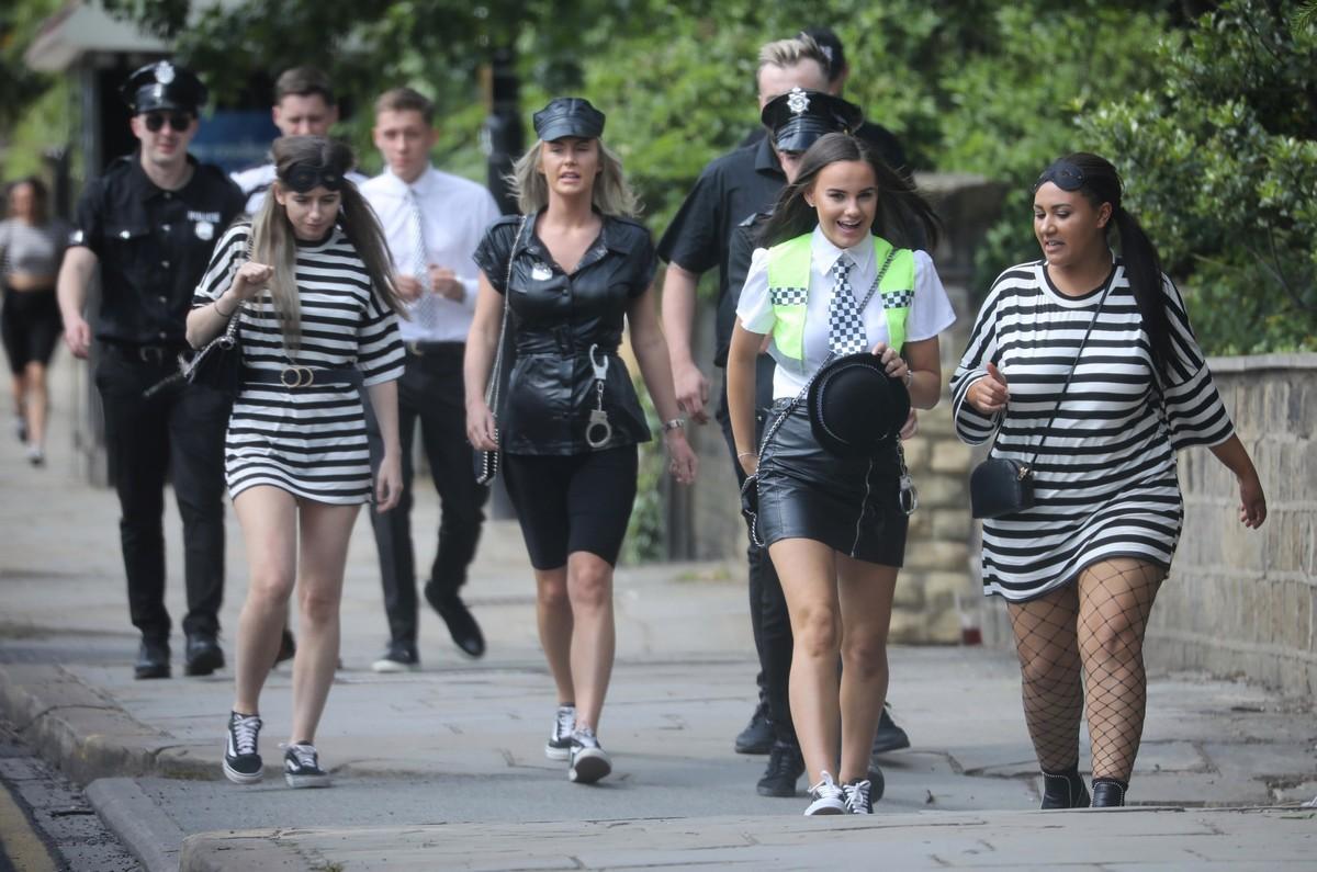 Британские студенты бурно отметили окончание университета МиР