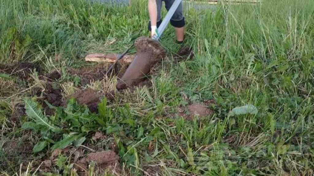 Как вытащить забетонированный столб из земли голыми руками Самоделки