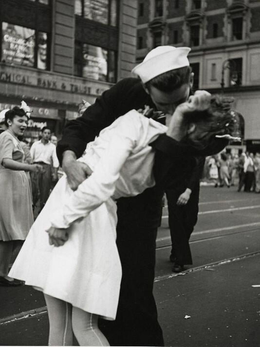 Истории самых известных фотографий 20 века: Победный поцелуй   Интересное