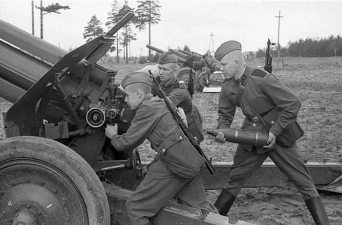 Для чего красноармейцы привязывали к стволу артиллерийских орудий винтовку Мосина Великая Отечественная война,история,Мужское,оружие,СССР