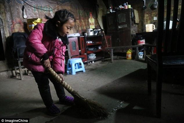 Пятилетняя девочка стала единственной сиделкой для бабушки и прабабушки Азия,дети,детский труд,Китай,помощь,старость,уход