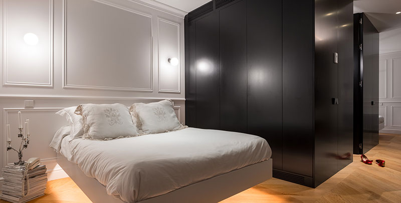 Элегантный и стильный интерьер с парящими кроватями в Барселоне Барселона,белый интерьер,интерьер и дизайн,молдинги,современная классика,таунхаус